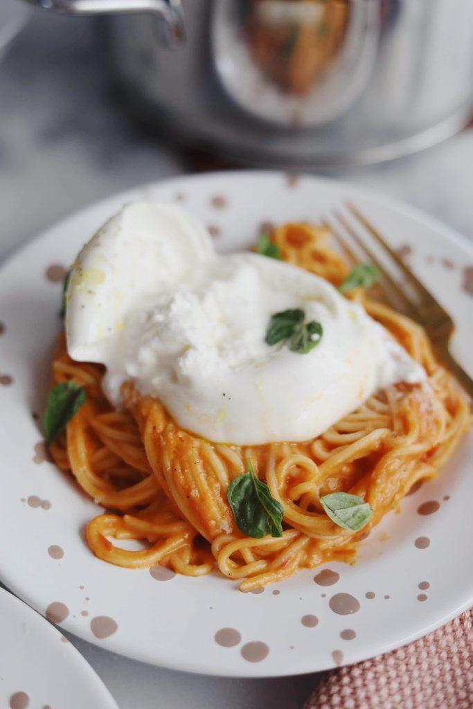 Pasta med tomatsauce og burrata