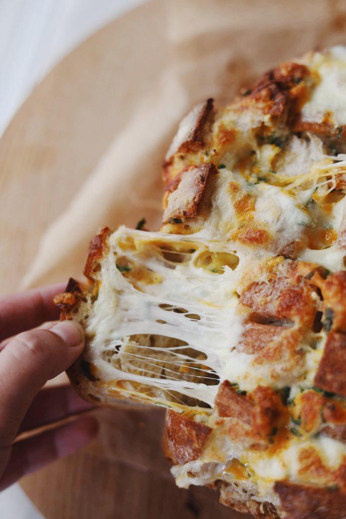 Nemt hvidløgsbrød med ost og persille