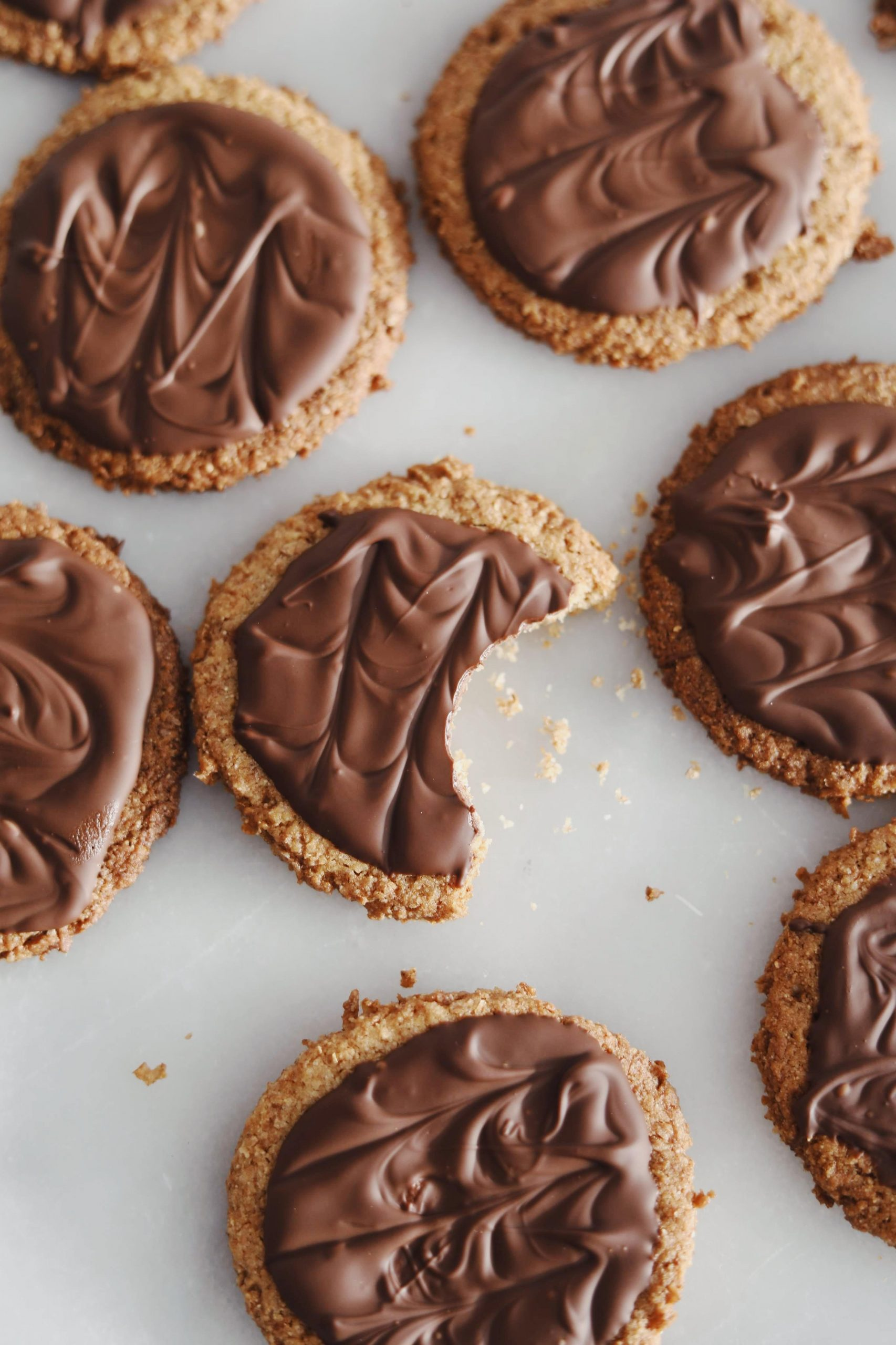 Hjemmebagte Digestive kiks med chokolade