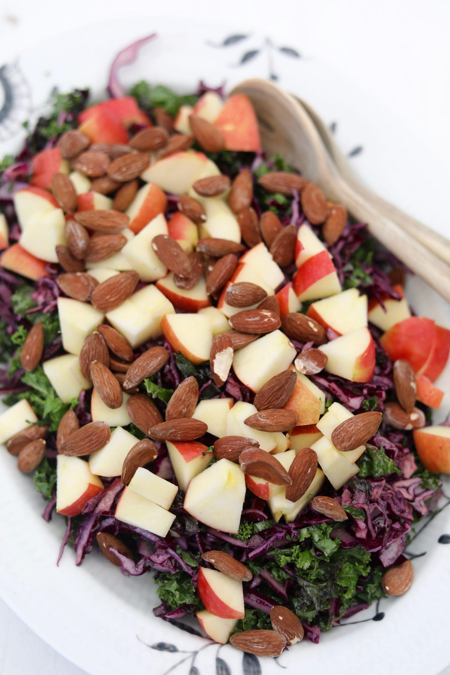 Rødkålssalat med saltmandler og æbler
