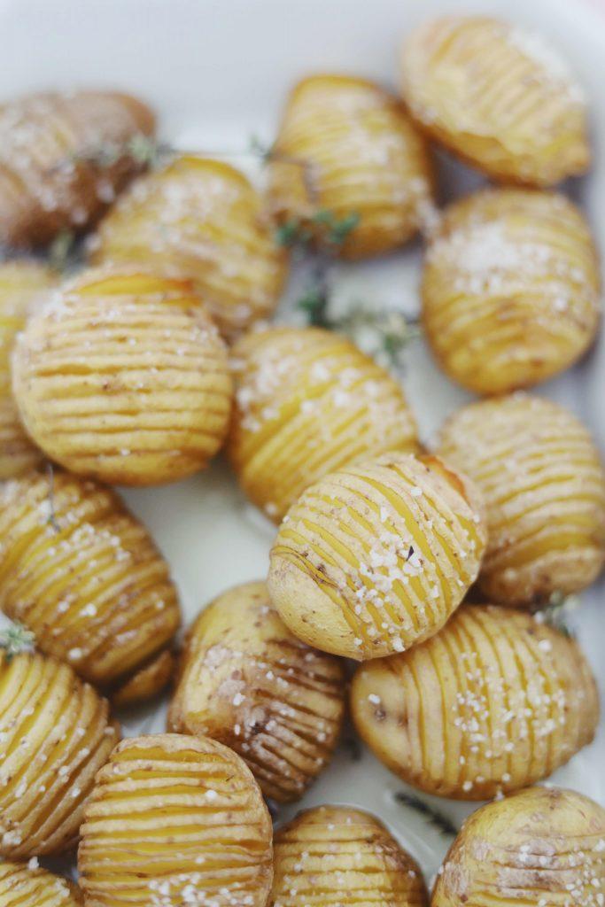 Hasselback kartofler med rogn og creme fraiche