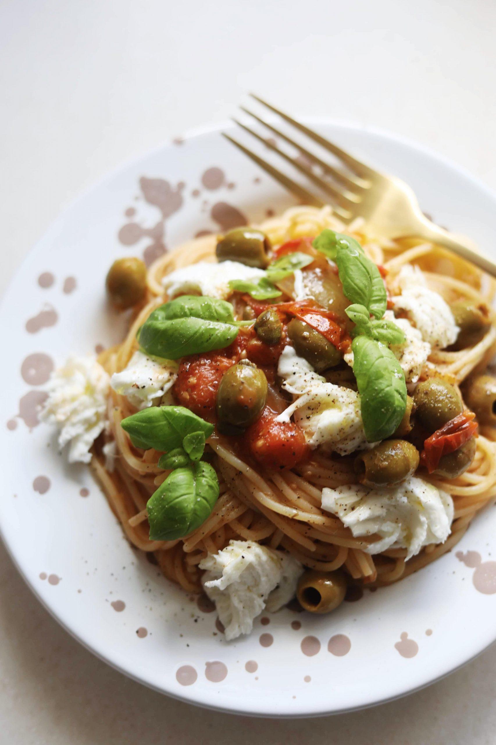 Pastaret med tomater og oliven
