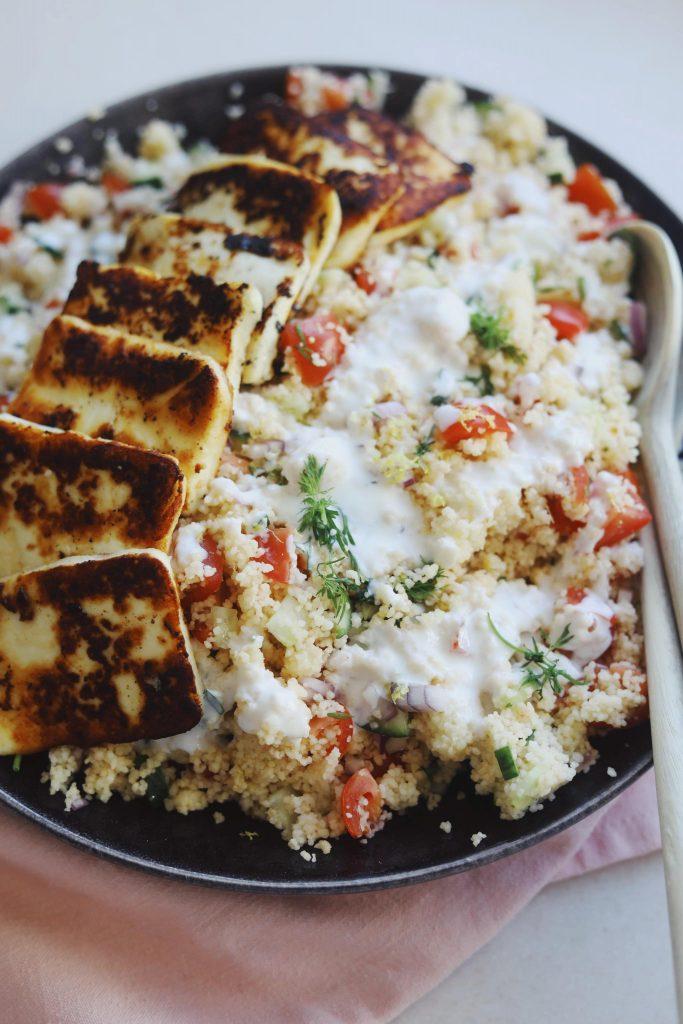Couscous salat med marineret halloumi