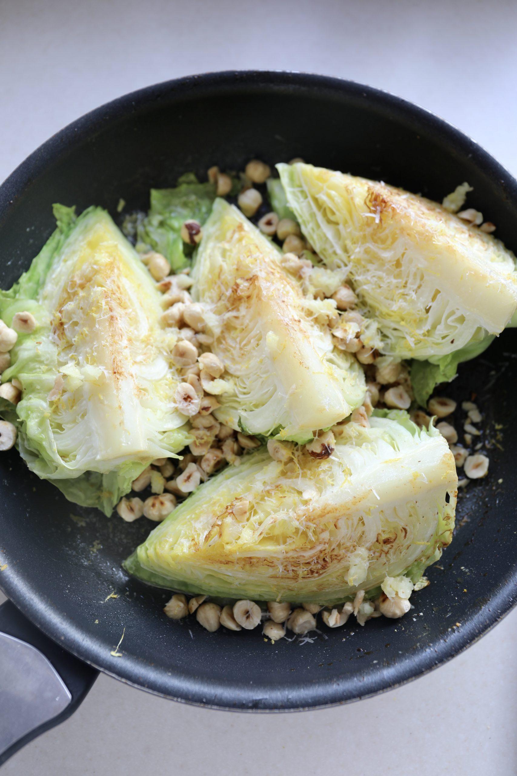 Smørstegt spidskål med parmesan og hasselnødder