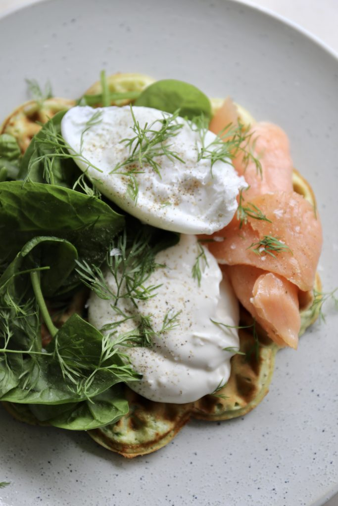 Spinatvafler med laks, ricottacreme og æg