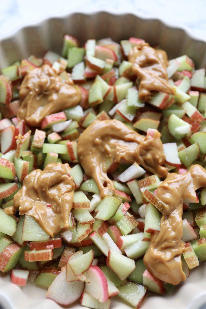 Sprød rabarbercrumble med karamel