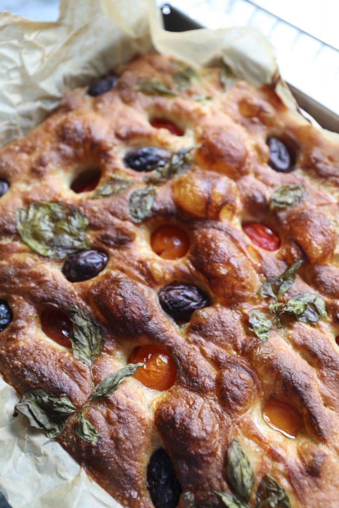 Focacciabrød med oliven, tomat og basilikum