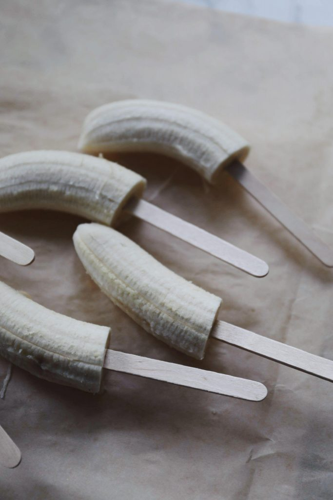Bananispinde med dadelkaramel