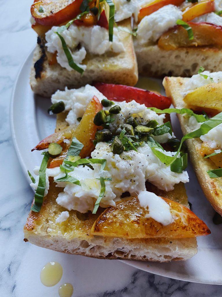 Bruschetta med fersken og mozzarella