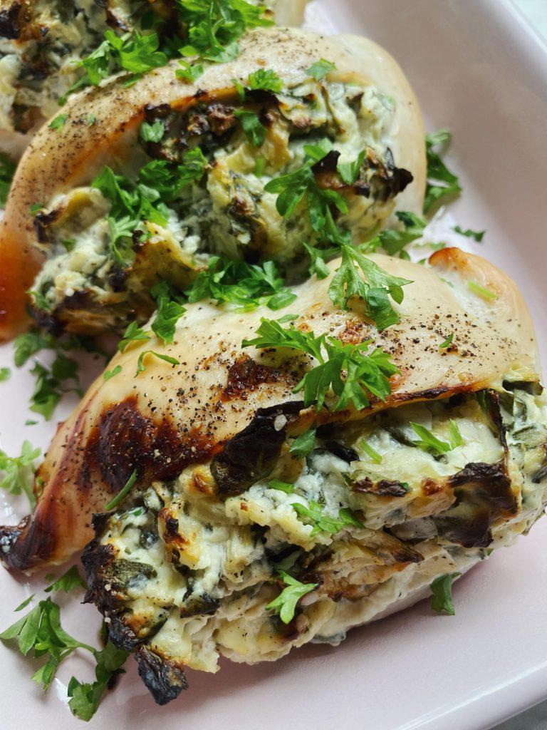 Fyldt kylling med artiskok, spinat og flødeost
