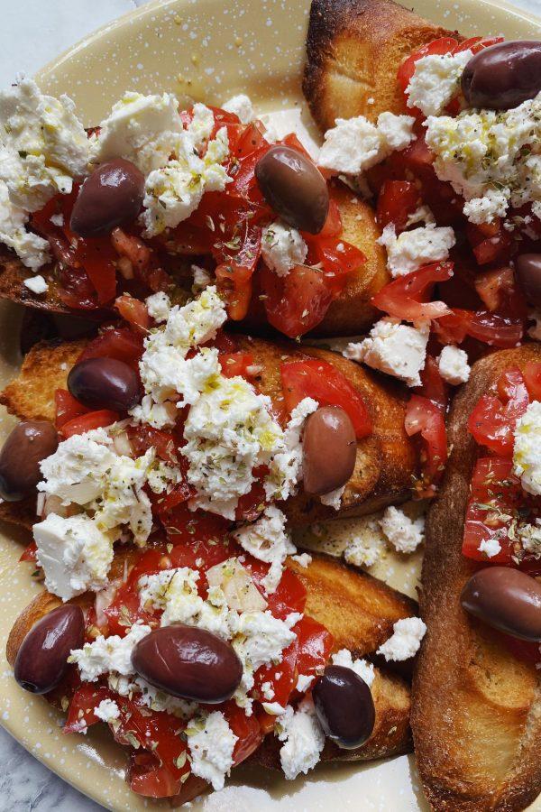 Græsk bruschetta med feta og oliven