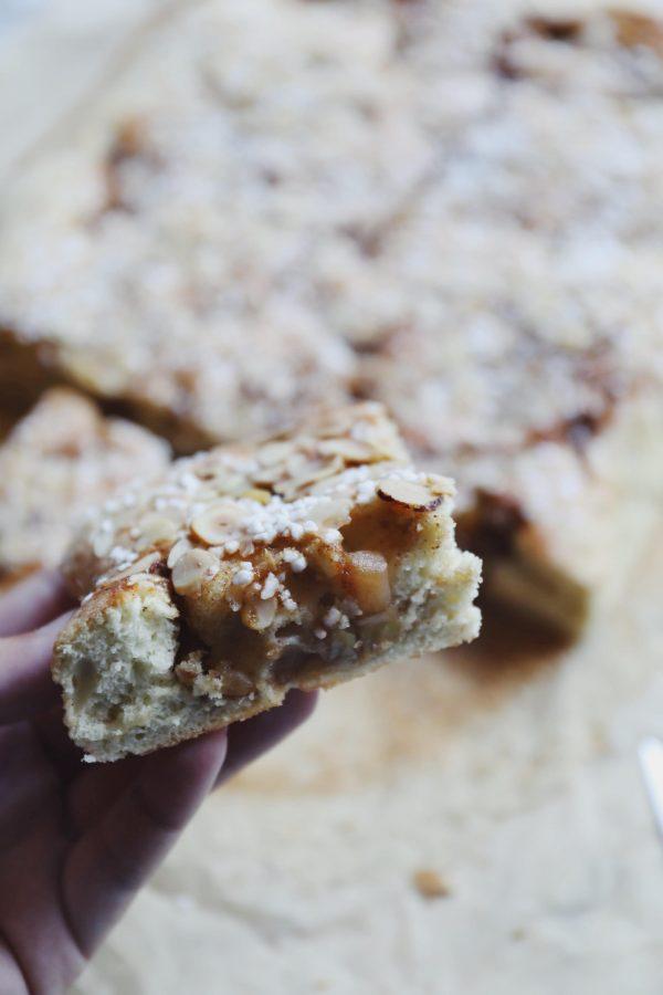 Svampet kage med smørstegte æbler