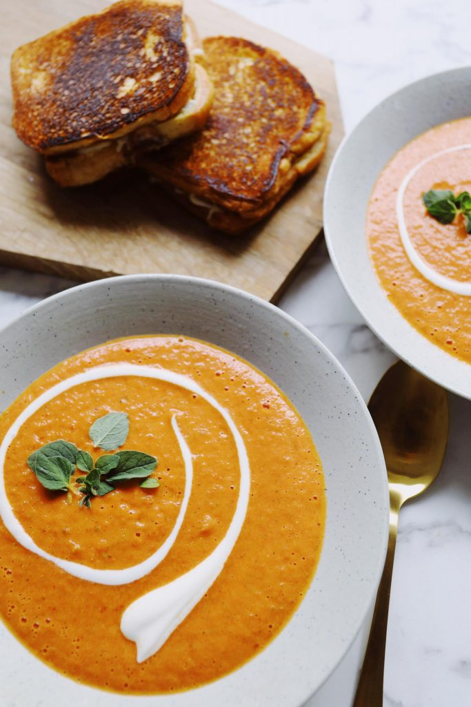 Bagt tomatsuppe med grilled cheese sandwich