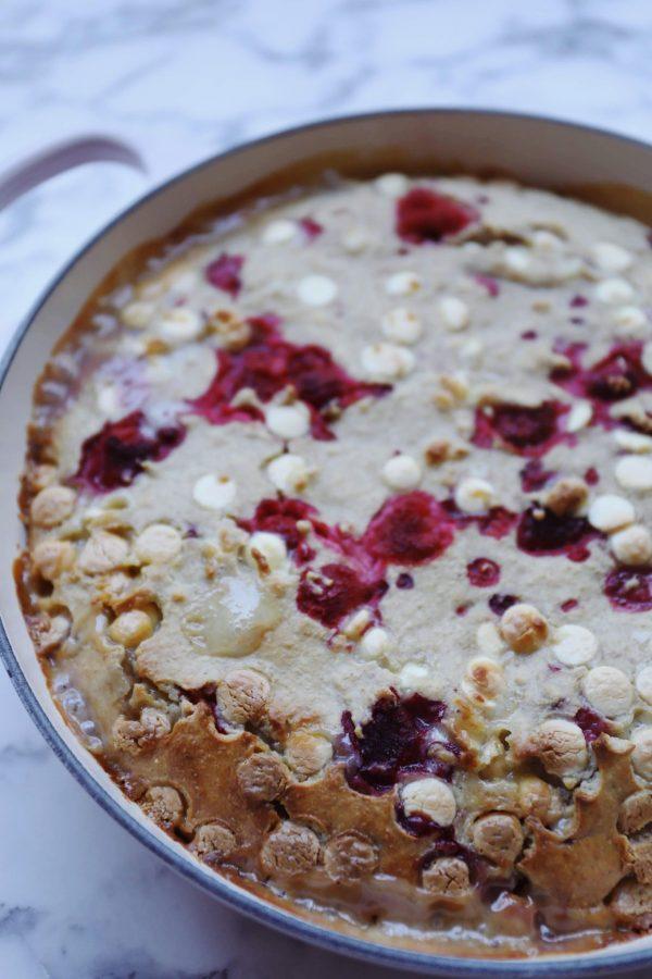 Bagt havregrød med hindbær og hvid chokolade
