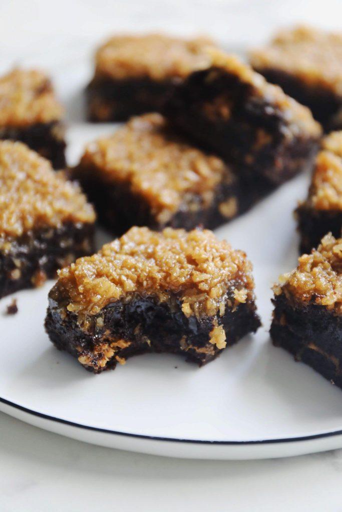 Brownie med peanutbutter og kokostopping